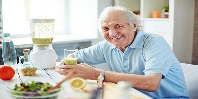 Người già và thiết bị gia dụng.